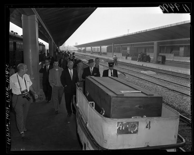 Errol_Flynn's_coffin_on_Los_Angeles_Union_Station_train_platform,_California,_1959